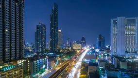 Timelapse di vista aerea di paesaggio urbano alla notte Bangkok, traffico occupato attraverso la strada principale all'ora di pun stock footage