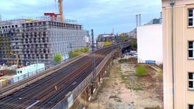 Timelapse di vista dell'orizzonte a Berlin Metro ed al treno, Berlino Lavori di costruzione con la gru a torre della costruzione  video d archivio