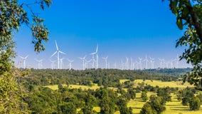 Timelapse die van het landbouwbedrijf van de windturbine in mooie aard met blauwe hemel blackground, elektriciteit produceren stock video