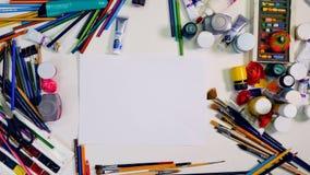 Timelapse Diseñador, espacio de trabajo del artista Las manos quitan objetos en la tabla, dejan el área en blanco para usted Visi metrajes