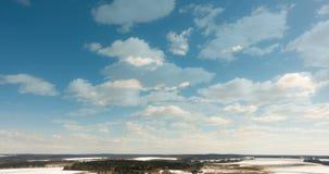 Timelapse diurno hermoso de nubes sobre el paisaje del invierno almacen de video
