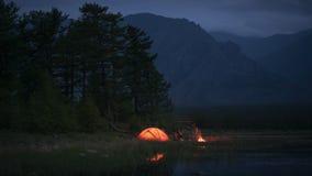 Timelapse do acampamento e da chama da noite perto da lagoa vídeos de arquivo