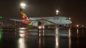 Timelapse do avião de remoção do gelo do passageiro no aeroporto de Sheremetyevo da noite, Moscou filme