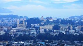 Timelapse do centro da cidade de San Francisco em um dia enevoado 4K filme