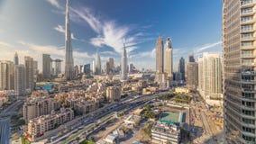 Timelapse do centro da skyline de Dubai com Burj Khalifa e a outra opinião paniramic das torres da parte superior em Dubai filme