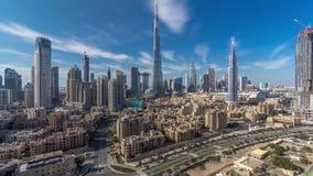 Timelapse do centro da skyline de Dubai com Burj Khalifa e a outra opinião paniramic das torres da parte superior em Dubai vídeos de arquivo