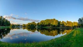 Timelapse do fisheye de Colorgraded das nuvens do por do sol que refletem na superfície da água do rio video estoque