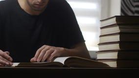 Timelapse do homem lê o livro na biblioteca vídeos de arquivo