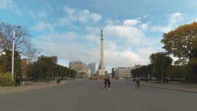 Timelapse do monumento da liberdade no quadrado da independência em Riga no bulevar de Brivibas filme