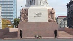 Timelapse do monumento da liberdade no quadrado da independência em Riga no bulevar de Brivibas vídeos de arquivo