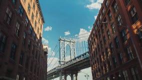 Timelapse do movimento: A ponte de Brooklyn famosa, uma atração turística popular em New York video estoque