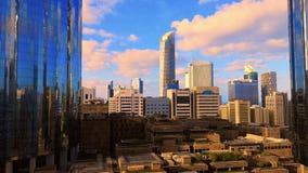Timelapse do nascer do sol da manhã com a arquitetura moderna da cidade da skyline de Abu Dhabi com nuvens bonitas, UAE video estoque