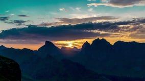 Timelapse do nascer do sol e da flutuação nubla-se acima das ilhas e das montanhas de Noruega vídeos de arquivo