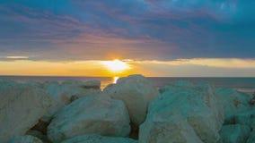 Timelapse do nascer do sol fantástico sobre o mar Pedras brancas no recurso luxuoso da costa vídeos de arquivo