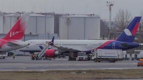 Timelapse do plano que presta serviços de manutenção no aeroporto de Domodedovo, Moscou vídeos de arquivo