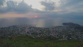 Timelapse do por do sol do mar, vista inesquecível na cidade situada nas montanhas, turismo filme