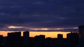 Timelapse do por do sol no fundo da skyline da cidade Flutuador escuro das nuvens no horizonte dourado do céu vídeos de arquivo