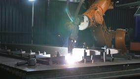 Timelapse do processo do metal do derretimento do braço do robô de soldadura na oficina Ferramentas modernas da elevada precisão  video estoque