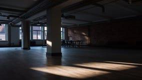 Timelapse do sol irradia mover-se sobre um espaço de escritórios vazio filme