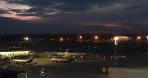 Timelapse do terminal ocupado D no aeroporto de Sheremetyevo na noite Moscovo, Rússia filme