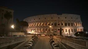 Timelapse do tráfego da noite próximo o Colosseo em Roma O Colosseum igualmente conhecido como Flavian Amphitheatre Um oval video estoque
