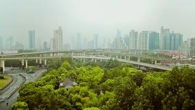 Timelapse do tr?fego ocupado sobre a passagem superior na cidade moderna, Shanghai, China filme