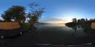 timelapse do vídeo 4k 360 Ajardine o timelapse do céu bonito do nascer do sol sobre o lago video estoque