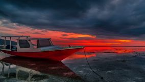 Timelapse dramatische rode zonsondergang met silhouet van dichte omhooggaande vissersboot dichtbij Gili Air Island, Lombok indone stock footage