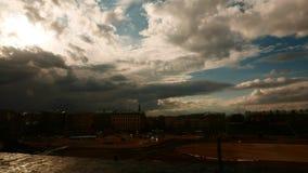 Timelapse drammatico del cielo di illuminazione scura stock footage