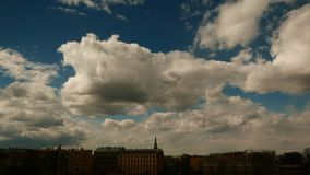 Timelapse drammatico del cielo di illuminazione scura archivi video