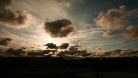 Timelapse drammatico del cielo di illuminazione scura video d archivio