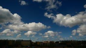 Timelapse drammatico del cielo di illuminazione scura cityscape stock footage