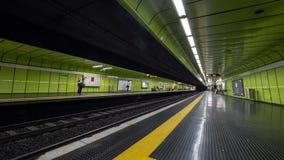 Timelapse drev och passagerare i tunnelbanastation arkivfilmer