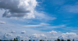 Timelapse du dépassement opacifie avec le ciel bleu au-dessus de l'arbre et de la montagne banque de vidéos