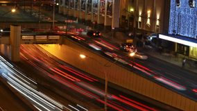 Timelapse du mouvement de nuit des voitures banque de vidéos