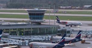 Timelapse du trafic et de l'embarquement plats à l'aéroport de Sheremetyevo, Moscou banque de vidéos