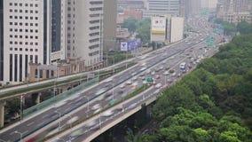 Timelapse du trafic occup? au-dessus du passage sup?rieur dans la ville moderne, Changha?, Chine banque de vidéos