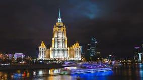 Timelapse e la vista del hyperlapse di costruzione storica a Mosca con il fiume fronteggiano