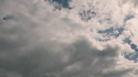 Timelapse Een video van de hemel waarover de witte wolken zich snel bewegen stock videobeelden