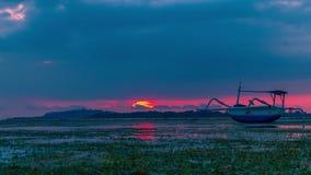 Timelapse een vissersboot ligt op de ondiepten bij zonsondergang op het Eiland Gili Air, Indonesië Juli, 2016 stock video