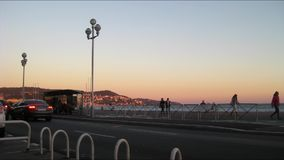 Timelapse einer Bushaltestelle an der Seeseite von Nizza bei Sonnenuntergang stock video