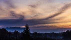 Timelapse einer Landschaft der römischen Landschaft Sonnenaufgang auf Berg Soratte in Italien stock video footage
