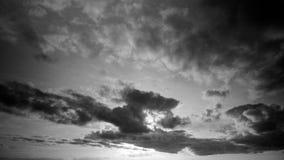 Timelapse eines cloudscape in Schwarzweiss mit den dunklen Wolken, die vor der Sonne am späten Abend, vor Sonnenuntergang übersch stock video