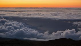 Timelapse eines Sonnenuntergangs mit den Wolken, die in den Gebirgsvulkan Teide, Teneriffa, Kanarische Inseln sich bewegen stock footage