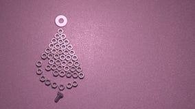 Timelapse Eisen-Weihnachtsbaum von Bolzen und von Nüssen auf einem einfachen Hintergrund stock video