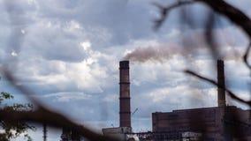 Timelapse El paisaje urbano fumó la atmósfera contaminada de emisiones de las plantas y de las fábricas, vista de tubos con humo almacen de video