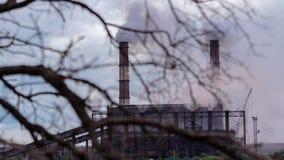 Timelapse El paisaje urbano fumó la atmósfera contaminada de emisiones de las plantas y de las fábricas, vista de tubos con humo metrajes