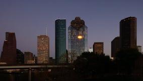 Timelapse en el crepúsculo centro de ciudad de la Houston, Tejas 4K almacen de video