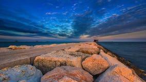 Timelapse en el dique en el mar de igualación con el cielo azul almacen de metraje de vídeo