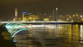 Timelapse en la noche del faro del puente y de una fuente metrajes